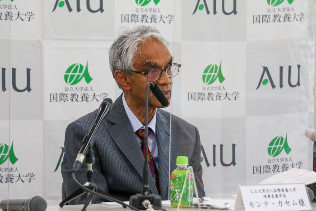 記者会見で話すカセム学長の写真
