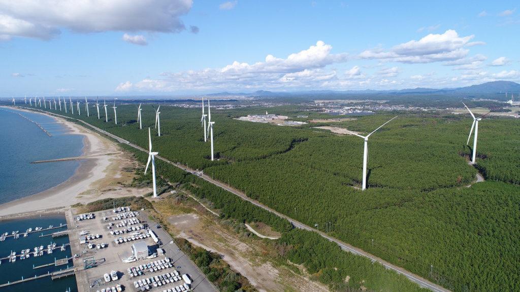沿岸の発電用風車の空撮写真