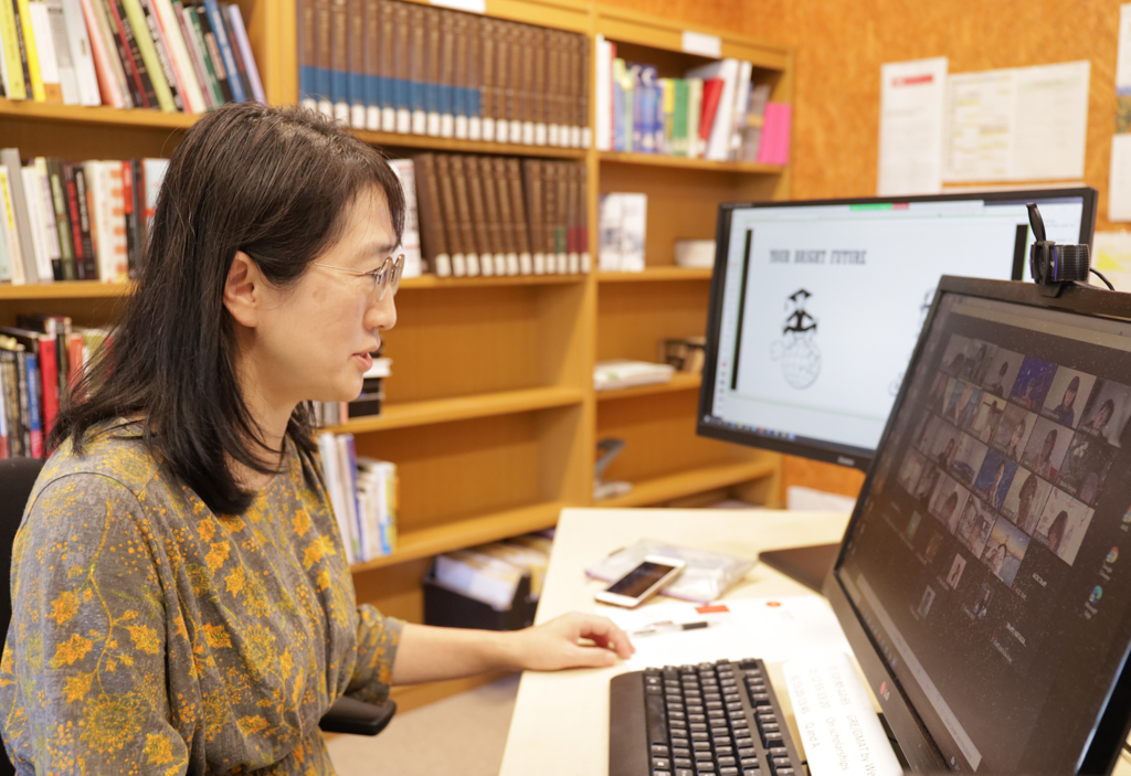 大学のオフィスから、画面越しの学生たちに語りかける大森准教授の写真