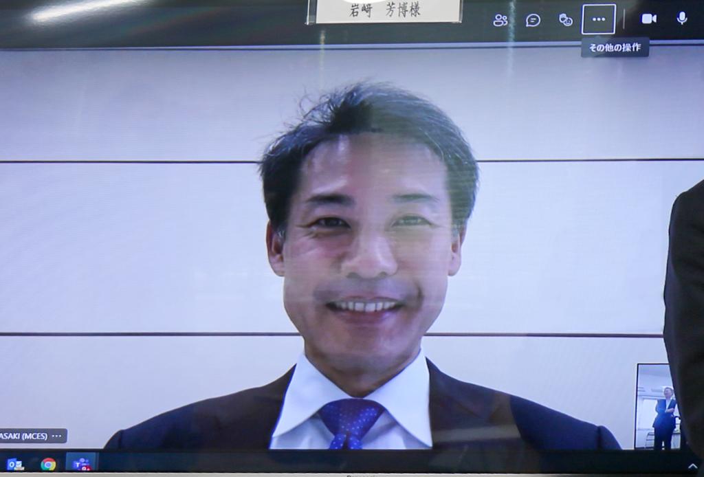 オンライン参加につき、モニター上に映し出される岩﨑社長の写真